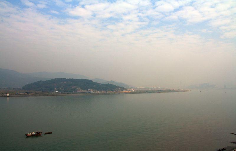 蓝天白云高楼耸立大海城市风景