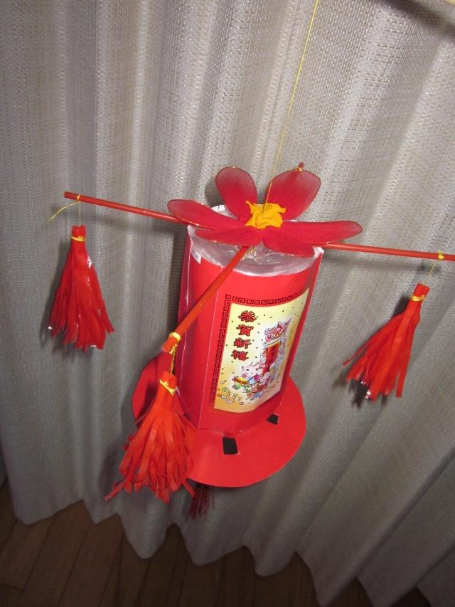 哈哈),一早就在家做了一个灯笼,用雪碧瓶做的,其实是花篮的做法啦