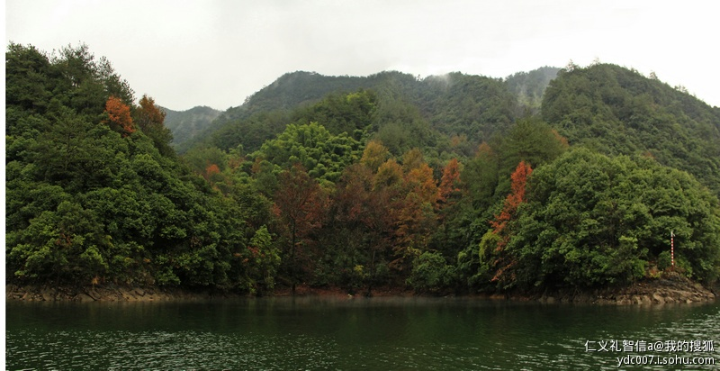 不远就进入景区大门,继续沿溪流向前,一座高耸的大坝兀立面前,约有3,4