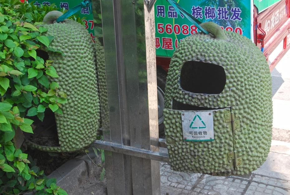 p22.垃圾箱的外形是菠萝蜜!