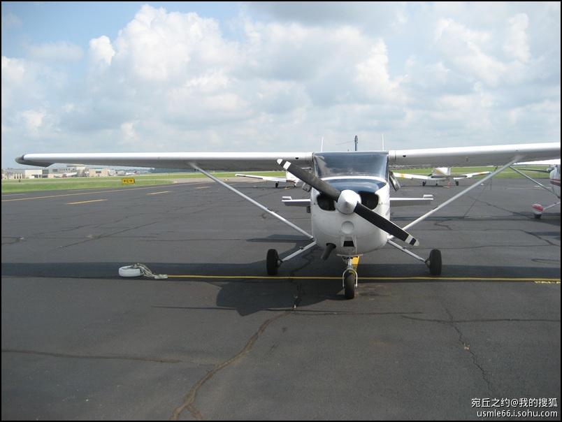 他先招呼我们在一间窗明几净的小会议室坐下,拿着一大一小两架飞机