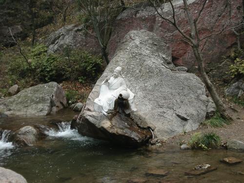 位于绵山后山的水涛沟风景区,全长15公里,苍岩,古道,奇树,怪石,山花