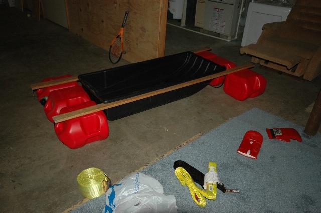 一个塑料滑雪船加上六个塑料汽油桶