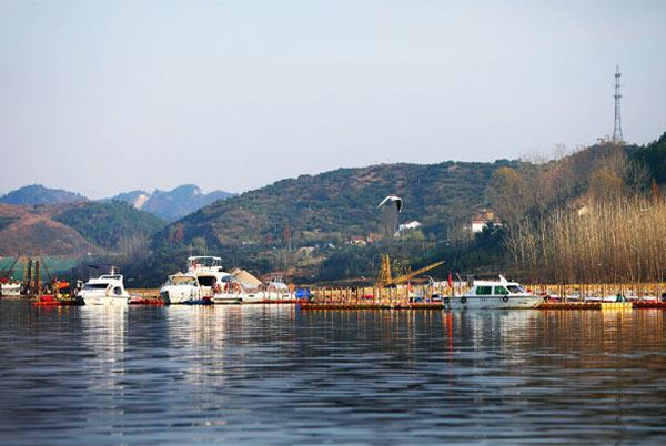 太极湖 (摄影:大福字儿) 武当太极湖生态文化旅游区总投资约200亿元人民币,由武当山特区和太极湖集团共同打造,旨在打造中国最大、世界知名、国际一流的复合型旅游目的地。区域总体结构分为一环、二轴、两区、4大板块、17个功能分区、9大项目群、180多个项目,其中重点打造3张名片,即新农村示范区、新遗产公园、太极传奇景区。 对于后期的项目建设,武当太极湖集团董事长杨青山表示,2011年底所有项目全面开工,并完成武当新城区、水上游览和户外休闲区3大板块的主体工程;2012年底,完成所有项目主体;2013年6月,