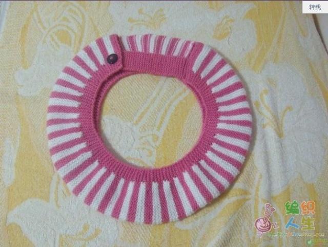 以下是教程: 线用的中粗线 马桶套子的织法 1 . 红 线 起 针 4 0 针 , ( 老 式 起 针 ) , 织 来 回 搓 板 针 6 排 。 2 . 换 白 线 织 , 左 右 各 留 6 针 ( 红 ) 不 织 。 也 就 是 说 换 白 线 织 时 是 2 8 针 , 也 是 织 6 排 。 3 . 再 换 红 线 , 此 时 挑 起 左 右 各 留 的 6 针 , 一 起 织 - - - - - , 如 此 反 复 , 按 照 自 家 马 桶 箍 的 大 小 。 ( 可 以 边 织 边 比
