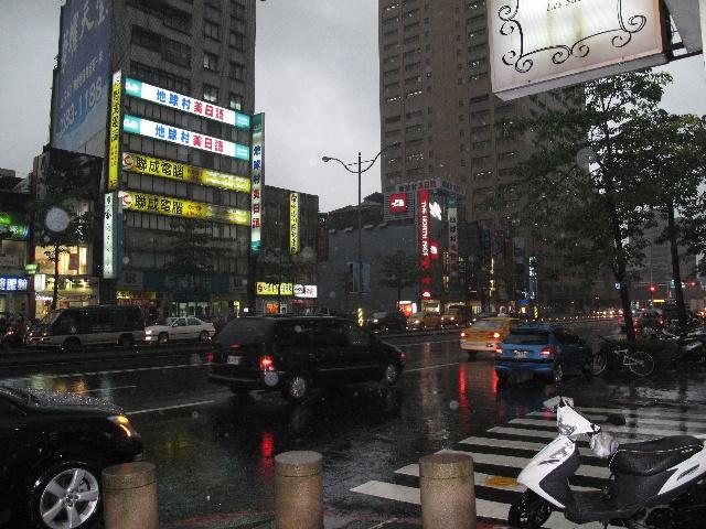 戴望舒/雨夜台北的街头:好似戴望舒的《雨巷》——撑着油纸伞,独自...