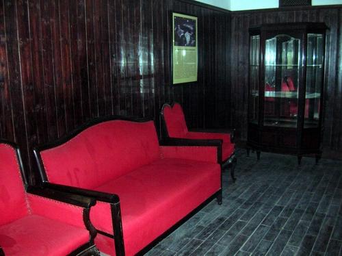 进去是一间红色木板装饰着墙壁和地板的小室