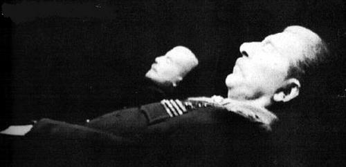 蒋介石水晶棺_斯大林放入水晶棺前后的遗容.斯大林1953年逝世后,其遗体