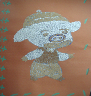 鸡蛋壳就被扔掉了,但是,有一天电视里说一个爷爷用瓜子皮做贴画,引起图片
