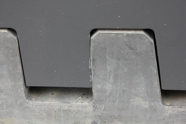 原是一座钢骨混凝土框架结构,去年采用摇摆墙和钢阻尼器做了抗震加固.