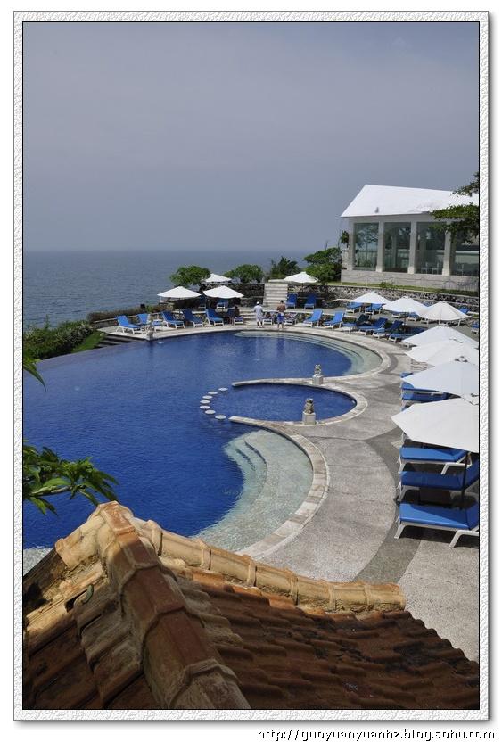 很多视角有泳池连着大海的错觉,故有无边际泳池的赞誉.