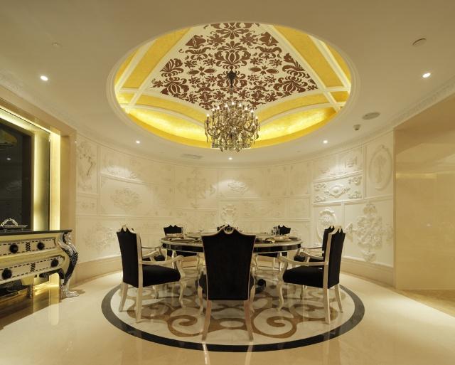 用餐区之半圆融空间,墙面以简洁欧式雕花装饰显得富丽而高贵,欧式穹