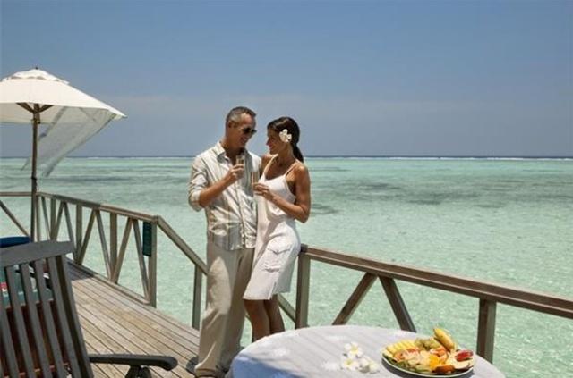 查询。 马尔代夫蜜月岛原名马卡略岛,是西班牙的巴利阿里群岛中有个最大的岛屿。20世纪50年代中期,法国有100对男女青年曾在此举行集体婚礼,他们久慕马约略岛迷人的景色,相约到这里一起欢度蜜月。事后,欧洲许多新婚青年都视此地为美好的去处。久而久之,该岛便被人称为蜜月岛。 蜜月岛(Meeru)位于马尔代夫北部珊瑚岛的最东边,离马累国际机场50公里远的地方,远离其他岛屿。蜜月岛会用快艇把您从机场接到酒店。快艇内置空调,让您舒舒服服的先行浏览一番马尔代夫北部的珊瑚岛,用时1个小时。Meeru岛度假村周围环绕着一