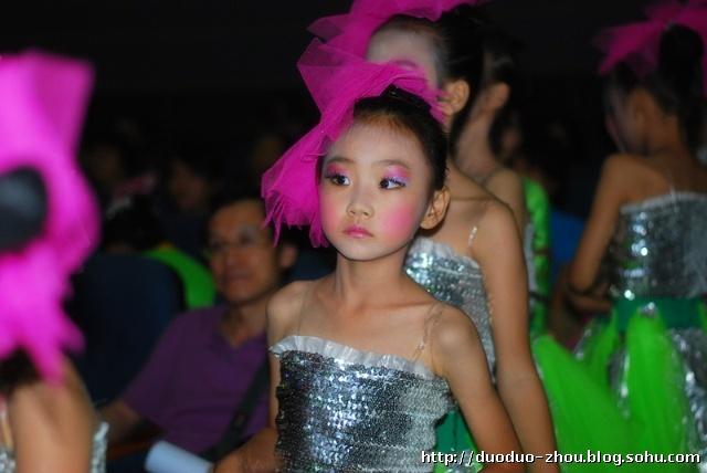 儿童拉丁舞舞台妆步骤