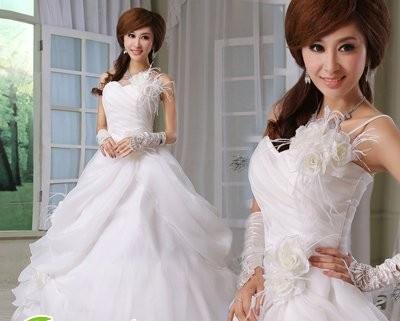 这款新娘发型设计图片很简单,整个头发的造型打造出蓬松的