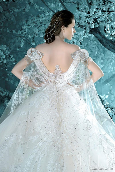 乔治-阿玛尼在这一季的高级定制中用华丽的面纱惊艳了整个时尚界.