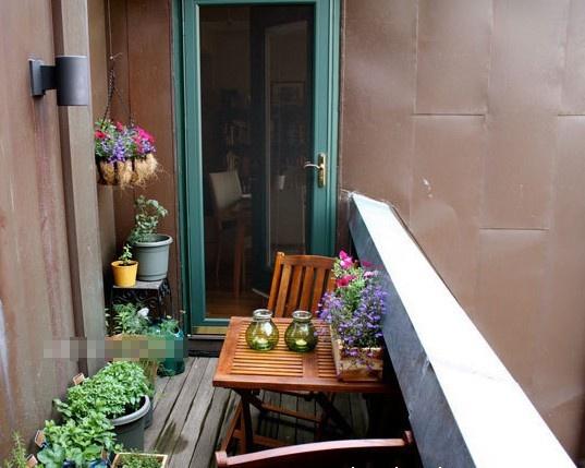 并摆上一张小小的茶桌,一个休闲清新的阳台花园便打造完成了.