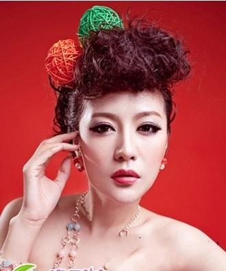 在后脑勺打造一个低低的发髻盘发,搭配羽毛的发饰,最中式的新娘发型造图片