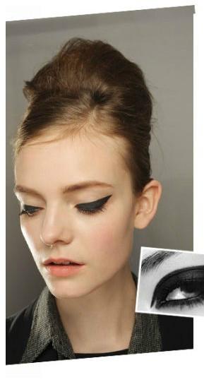 双眼皮的眼线需要画在睫毛根部,才显得自然,眼尾可略拉长.