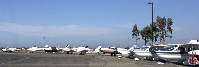 私人飞机场上停满了飞机,飞机跑道上起飞,下降的飞机川流不息