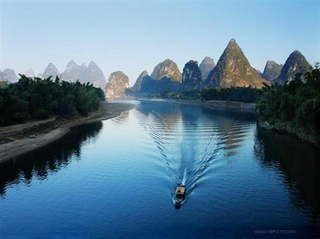 倒映水中;桂林的山真险啊,危峰兀立,怪石嶙峋,好像一不 小心就会栽倒图片