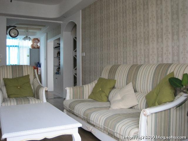 客厅沙发背景墙与客厅电视背景墙相呼应,同样采取浅色调子,