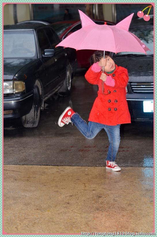 行走在雨中的小女孩