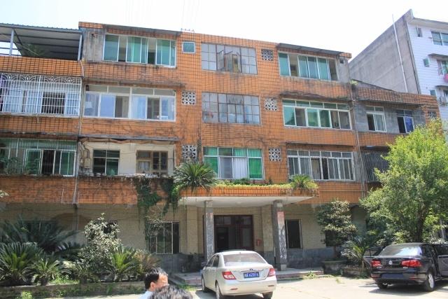 老科技局办公楼为3层(局部4层)砖混结构房屋.二层以上为住宅.