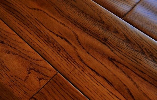 橡木实木地板的色调温暖,沉稳大气,美丽而富有想象的山形与直形橡木